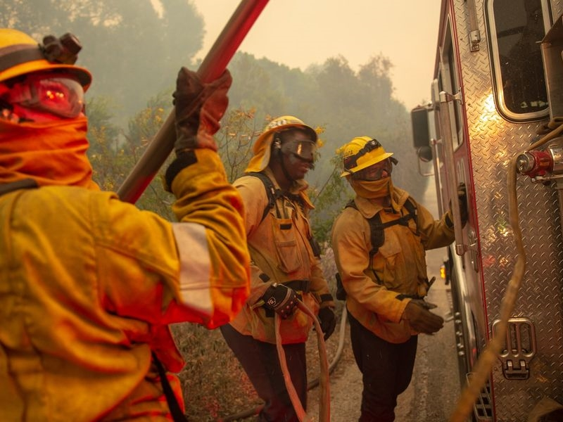 美國加州消防當局25日表示,加州史上最致命的坎普大火,終於在消防人員努力下受到全面控制。(圖取自twitter.com/CAL_FIRE)