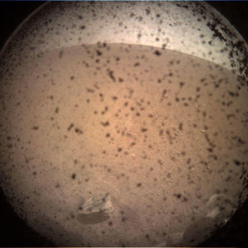 研究火星深層地質的機器人探測器「洞察號」成功登陸後回傳首張拍攝照片。(圖取自網頁mars.nasa.gov)