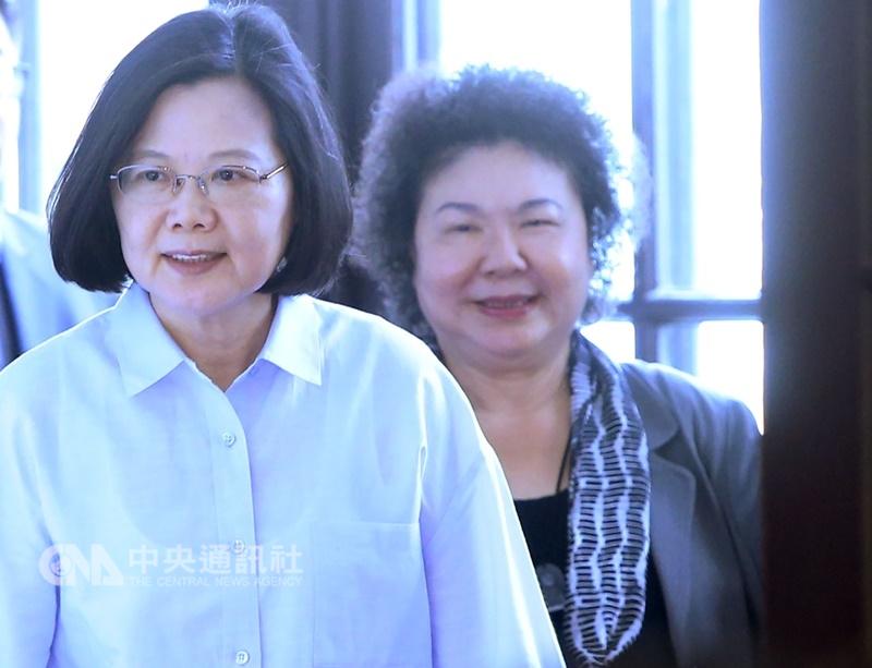 總統府祕書長陳菊(右)27日說,總統蔡英文(左)領導的政黨面臨失敗,代表政府一定是做得不夠好,要重新檢討再出發。(中央社檔案照片)