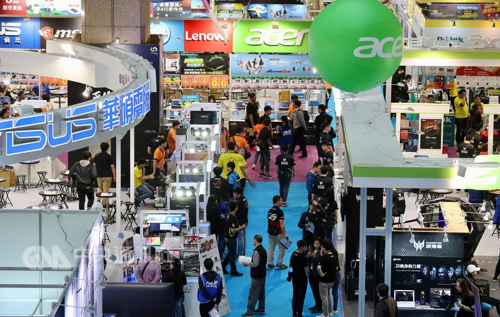 107年資訊月28日在台北世貿一館登場,今年共有300家廠商參展,吸引不少民眾趁著假日前進場參觀。中央社記者張皓安攝 107年11月28日