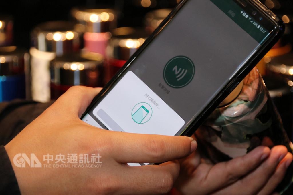 為了避免仿冒假貨損及商譽和消費者權益,台灣業者開發出全球電子防偽驗證系統,民眾只要用手機感應商品(圖),就能立即辨識真偽。中央社記者蕭博陽南投縣攝 107年11月28日