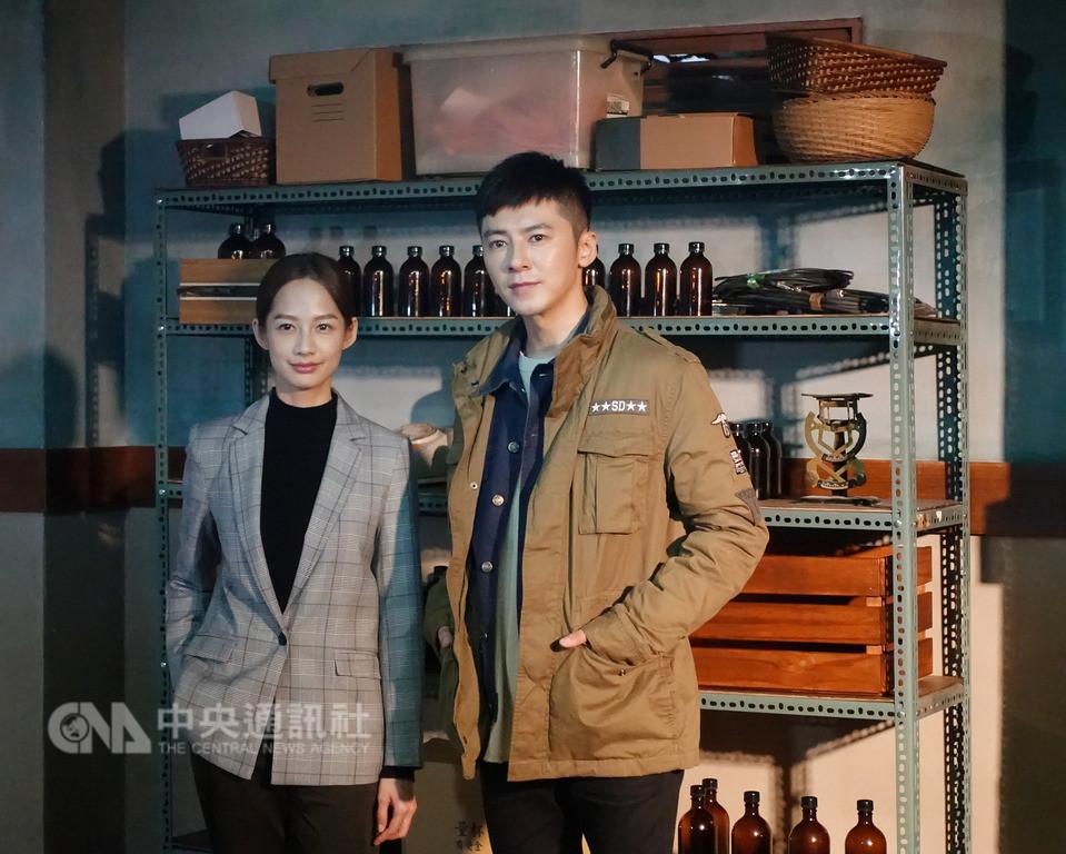 戲劇「靈異街11號」劇組28日在台北舉行卡司發布會,男主角由演員李國毅(右)演出禮儀師,女主角由演員簡嫚書(左)飾演女法醫。中央社記者江佩凌攝 107年11月28日