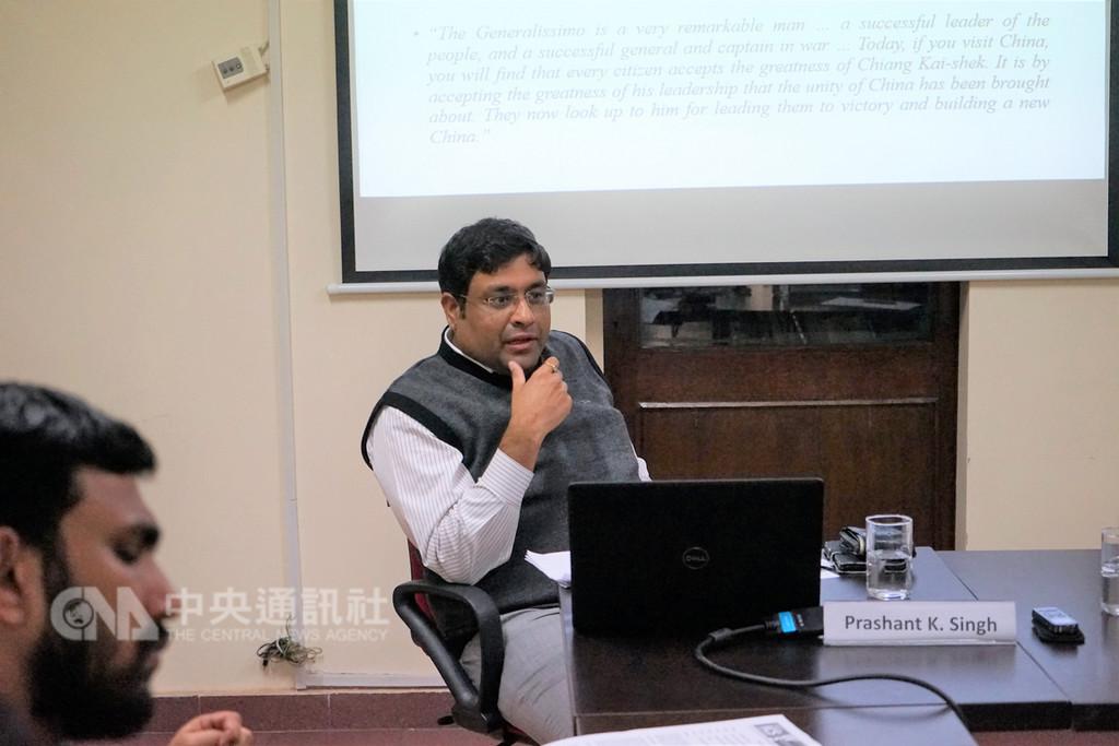 新德里國防與戰略研究院副研究員辛柏山(中)28日在中國研究所發表「為印台關係創造視角」論文,認為印台關係會不斷升溫,甚至印度可能視台灣為自治實體。中央社記者康世人新德里攝  107年11月28日