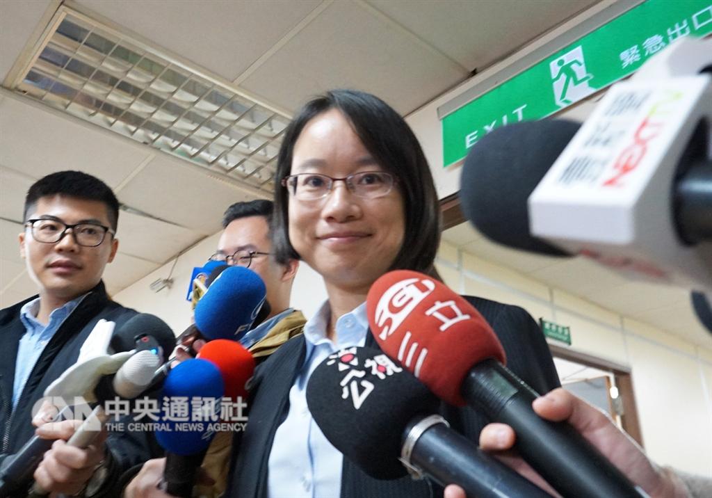 台北農產運銷公司總經理吳音寧(前)29日上午在媒體要求下對外說明,她表示,個人去留不重要,交由董事會決定。中央社記者劉建邦攝 107年11月29日