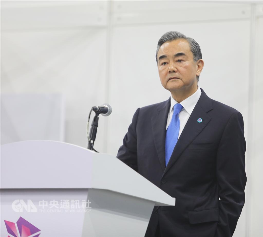 中國外長王毅表示,美中雙方會朝取消所有加徵關稅方向加緊磋商。(中央社檔案照片)
