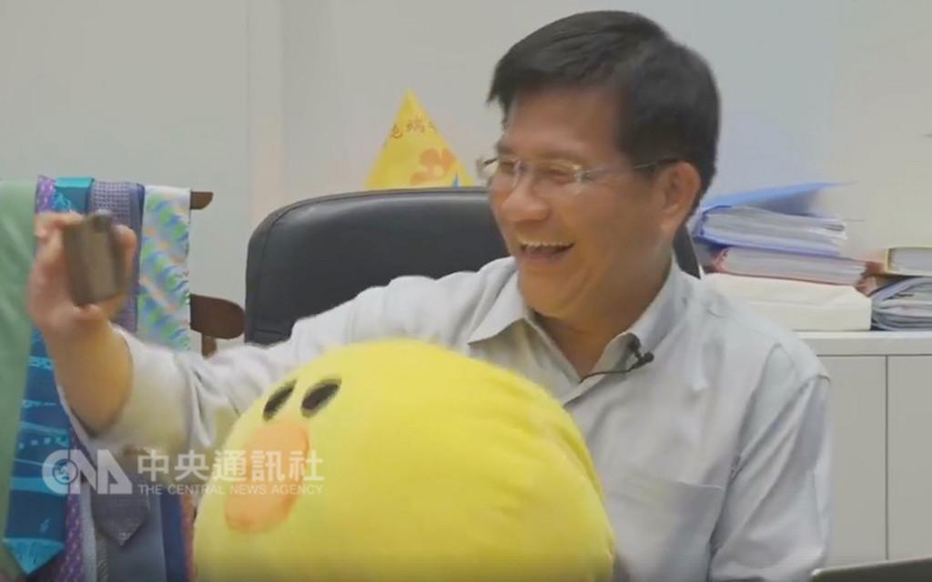 台中市長林佳龍2日晚間透過臉書直播和網友互動,並再次挑戰自拍,他懷中的莎莉抱枕成為焦點。(取自林佳龍臉書)中央社記者趙麗妍傳真 107年12月2日