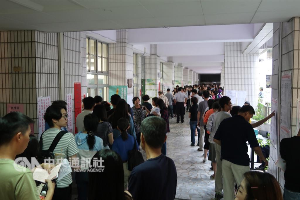 11月24日九合一選舉當天有的投票所直到投票時間截止仍有民眾排隊等待投票,有的投開票所已完成投票並開始開票,引發是否影響投票意願、選舉公平性等爭議。(中央社檔案照片)