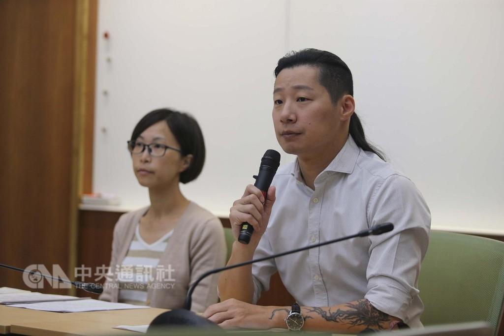 時代力量立委林昶佐(右)3日表示,台北高等行政法院裁定凍結婦聯會財產的處分停止執行,他完全無法接受,呼籲最高行政法院撤銷這種不適當的法律見解。左為民間司改會執行長陳雨凡。中央社記者徐肇昌攝  107年12月3日
