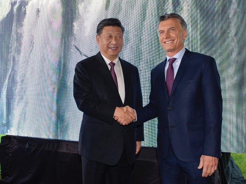 中國國家主席習近平(左)與阿根廷總統馬克里(右)2日共同宣布超過30項的農業與投資協議。(圖取自twitter.com/mauriciomacri)