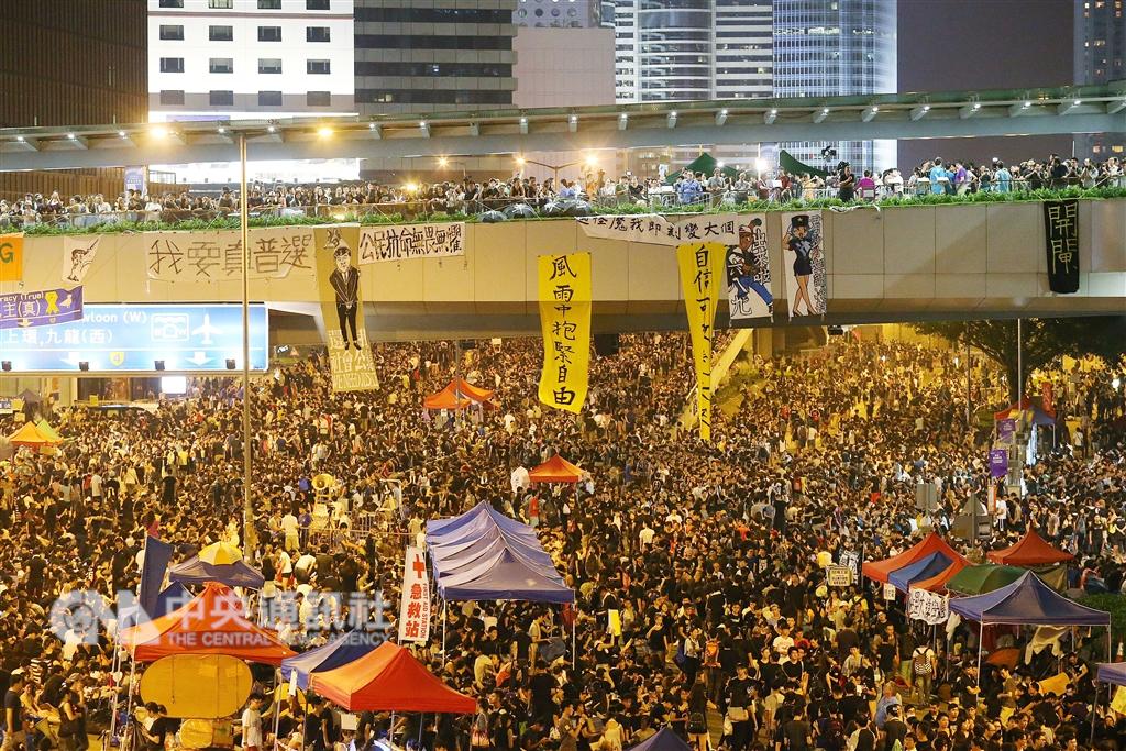 4年前「占中運動」爆發時,香港泛民主派一度氣勢如虹。圖為民眾在政總外的主要道路表達抗議訴求。(中央社檔案照片)