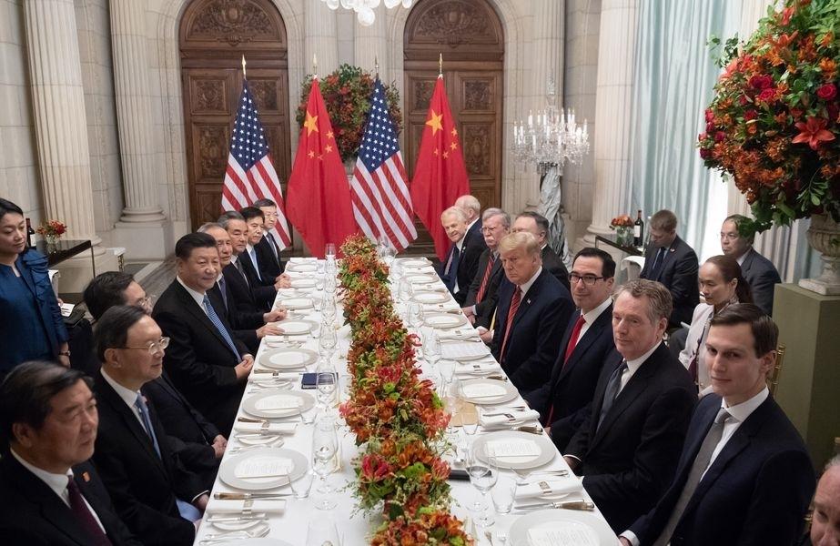 美國總統川普(右前4)與中國國家主席習近平(左前4)1日在阿根廷舉行「川習會」。(檔案照片/法新社提供)