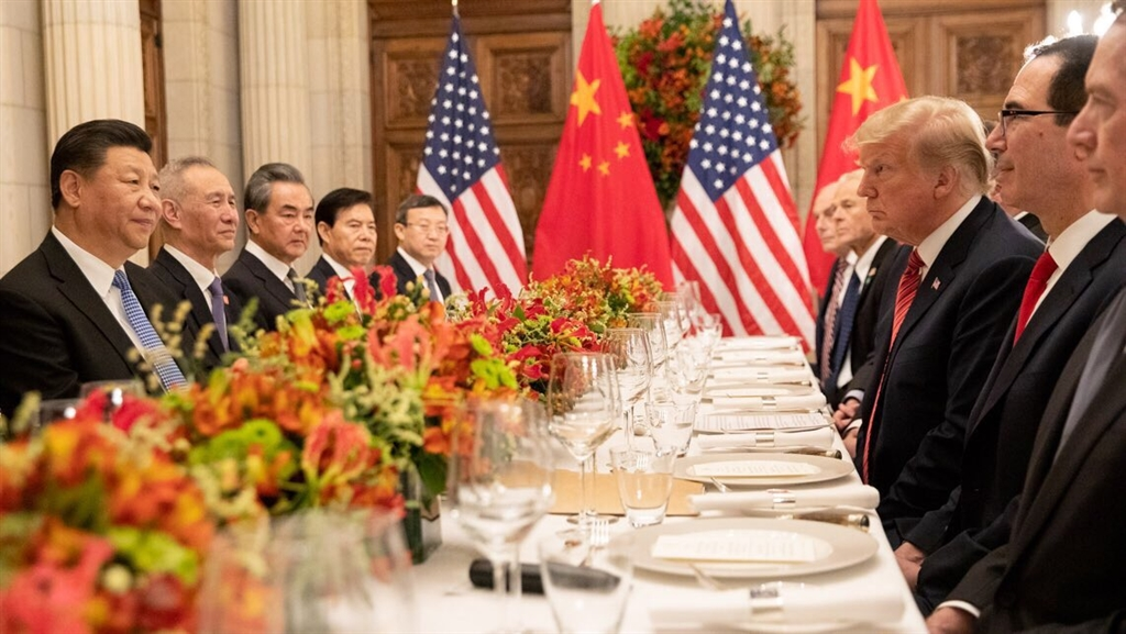 美國總統川普(右3)和中國國家主席習近平(左1)日前舉行會談,雙方同意暫緩加徵關稅計畫。(圖取自twitter.com/scavino45)
