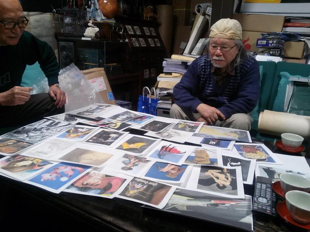 現年80歲的松本零士(右)剪下自己部分手指甲放入膠囊,與搭載150份骨灰的火箭一起升空,用這種方式當成自己的生前葬。(圖取自推特twitter.com/leijimatsumoto)