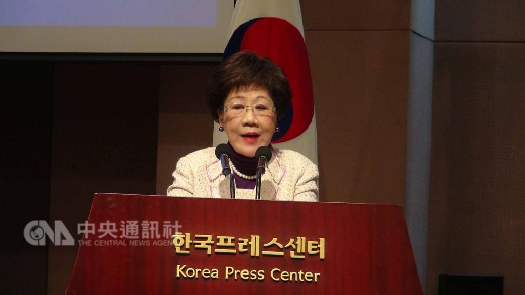 中華民國前副總統呂秀蓮5日在首爾新聞中心出席第2屆東亞和平論壇時,重申2020年台灣總統大選時提出和平中立公投。中央社記者姜遠珍首爾攝 107年12月5日