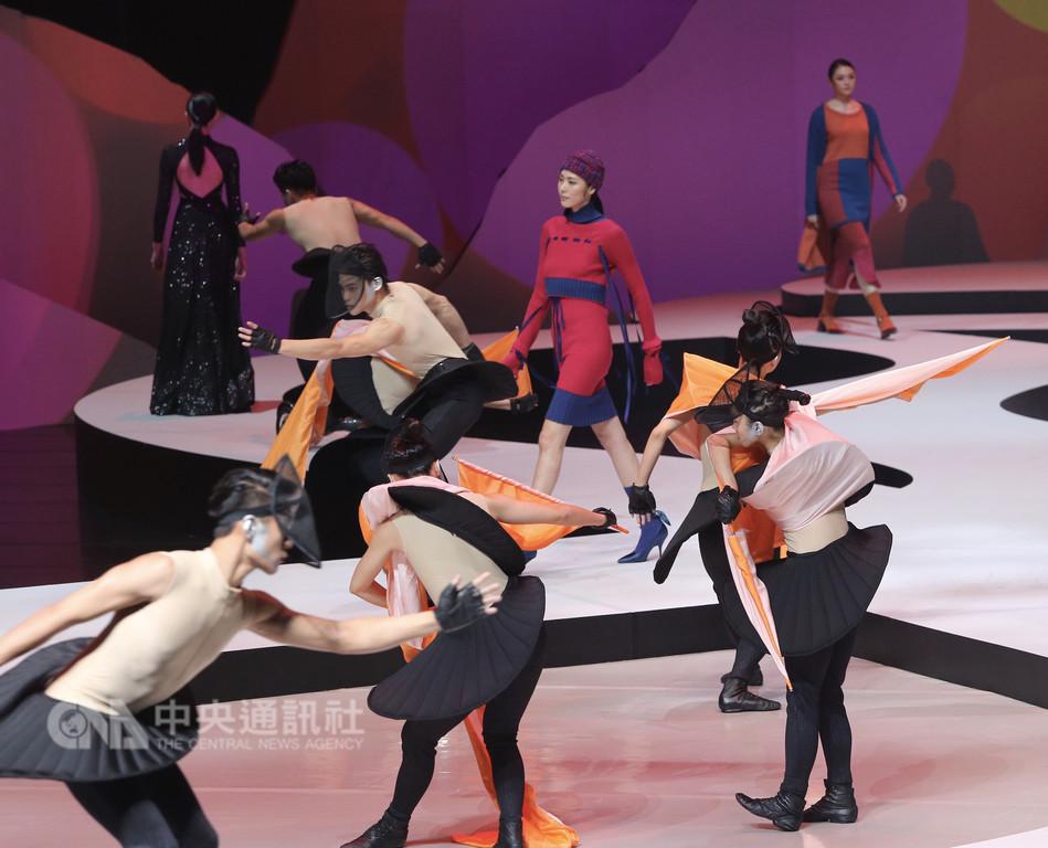由文化部主導的「2018台北時裝週SS19」6日正式開幕,晚間開幕秀以「劇場」方式呈現設計師作品,打破傳統單純走秀形式,邀請模特兒與表演藝術者共同演出。中央社記者徐肇昌攝 107年12月6日