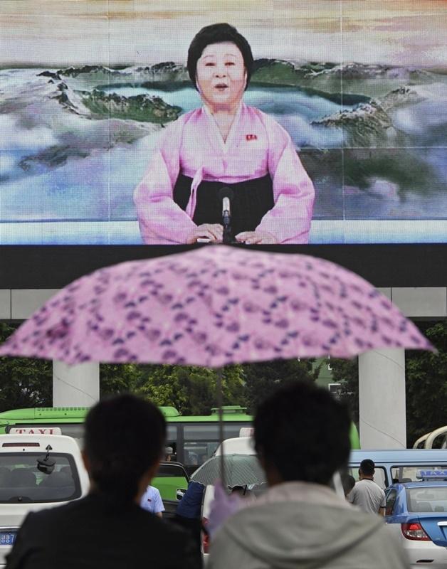 現年75歲的李春姬因播報新聞時喜著粉紅色韓服,獲西方媒體稱為「粉紅女士」。(檔案照片/共同社提供)