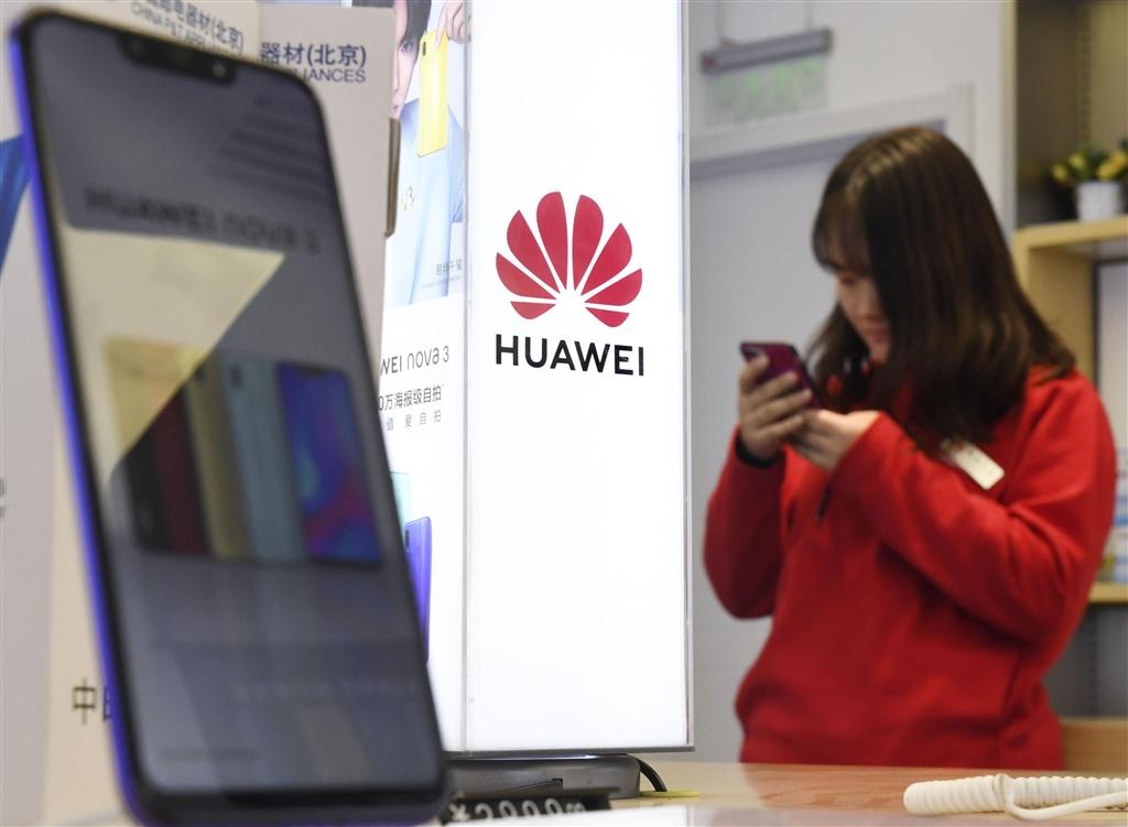 基於保障網路安全,日本政府考慮禁止採購中國通訊大廠華為及中興的產品。(檔案照片/共同社提供)