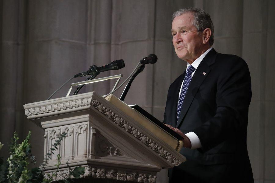 美國前總統老布希11月30日逝世,國葬儀式12月5日上午在華府國家大教堂舉行。小布希在父親葬禮上發表悼辭。(法新社提供)