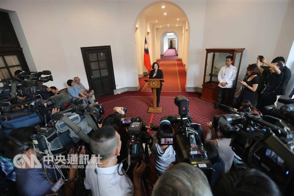 總統蔡英文(中)6日在總統府進行「迴廊談話」,並就相關議題說明,總統府迴廊擠滿大批媒體。中央社記者徐肇昌攝 107年12月6日