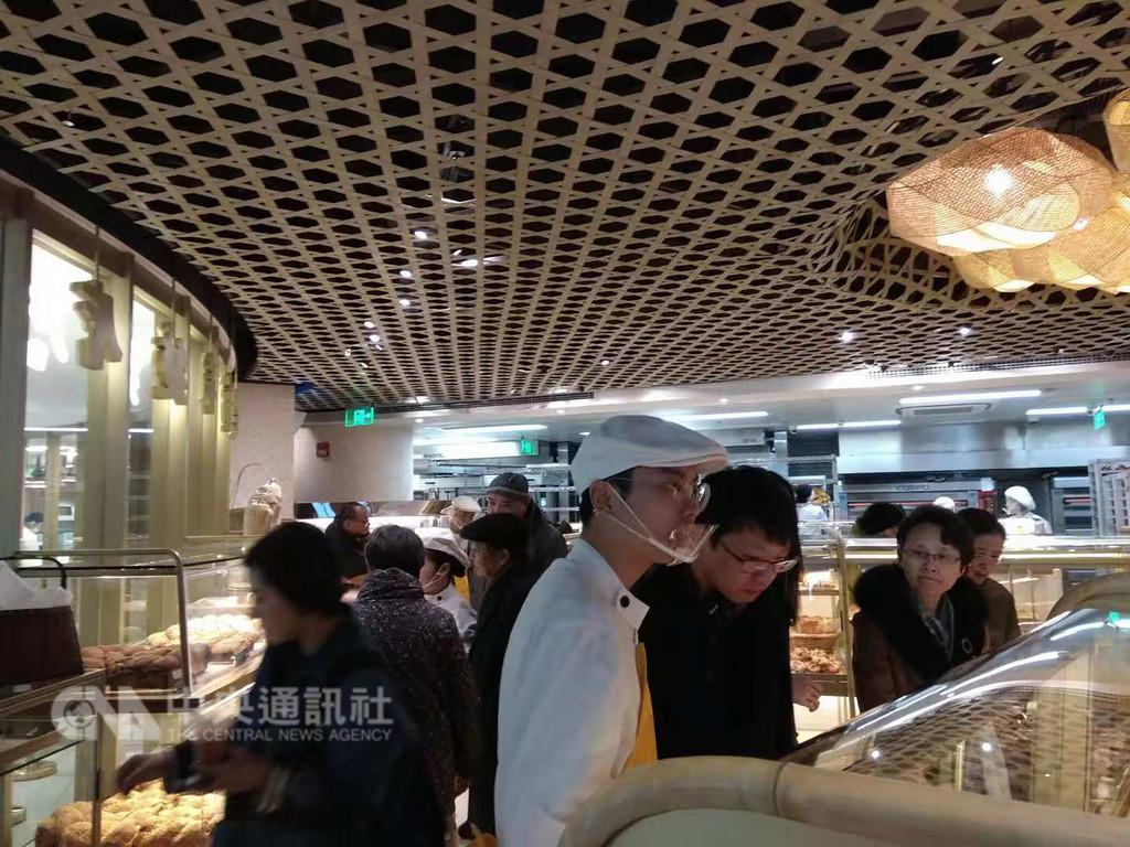 雖然被部分中國大陸網民批評為「台獨麵包」,但位於上海的吳寶春麵包店內顧客仍多。中央社記者翟思嘉上海攝 107年12月10日
