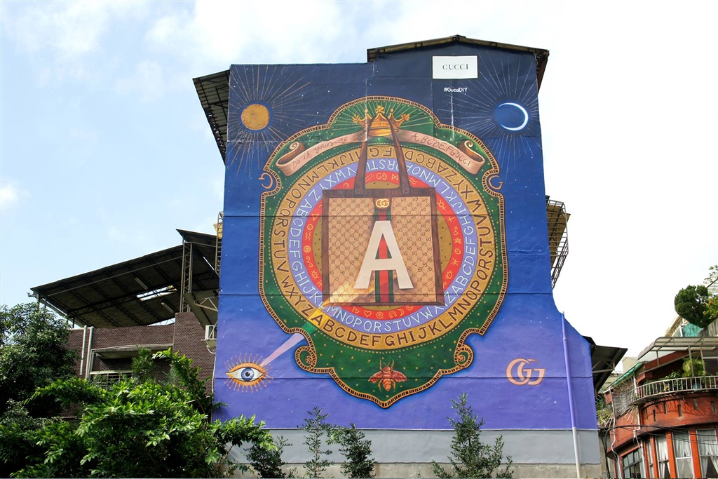 全球第6面GUCCI藝術牆首次在台灣台北市永康街現身,也讓手繪看板畫師顏振發登上國際媒體。(圖取自www.facebook.com/GUCCI)