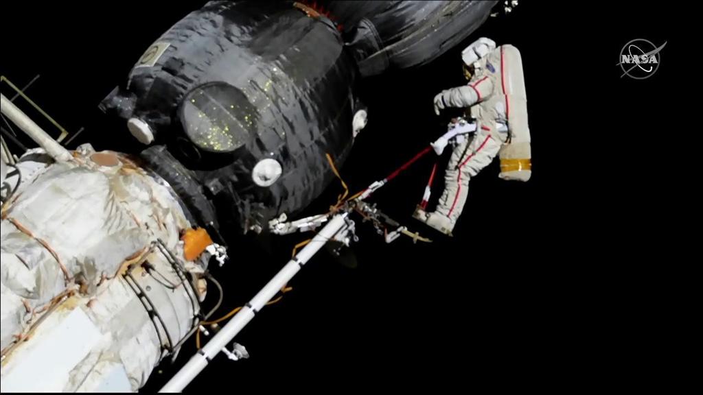 停靠在國際太空站的俄羅斯聯合號太空船出現謎樣的破洞,兩名俄國太空人12日進行太空漫步,用刀子與大剪刀取下破洞周圍的材質樣本。(圖取自twitter.com/Space_Station)