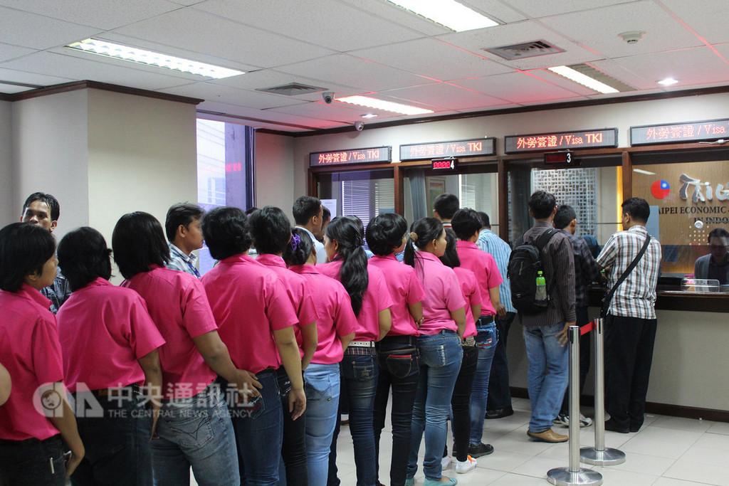 台印尼雙方代表14日將簽署台印尼「招募、安置及保護勞工備忘錄」。圖為移工在駐印尼代表處辦理文件。中央社記者周永捷雅加達攝 107年12月13日