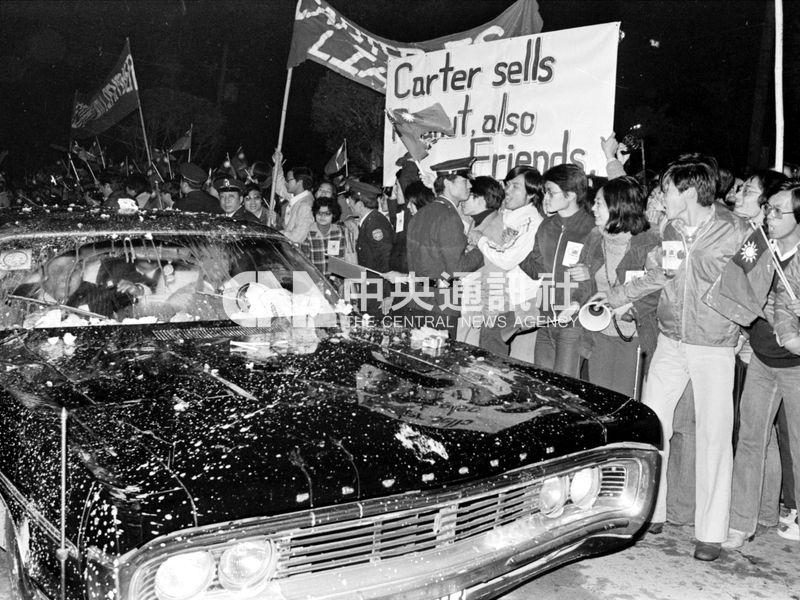 台美外交關係生變,美國副國務卿克里斯多福20多人團隊抵台後,車隊被激動的群眾砸雞蛋。(中央社檔案照片)