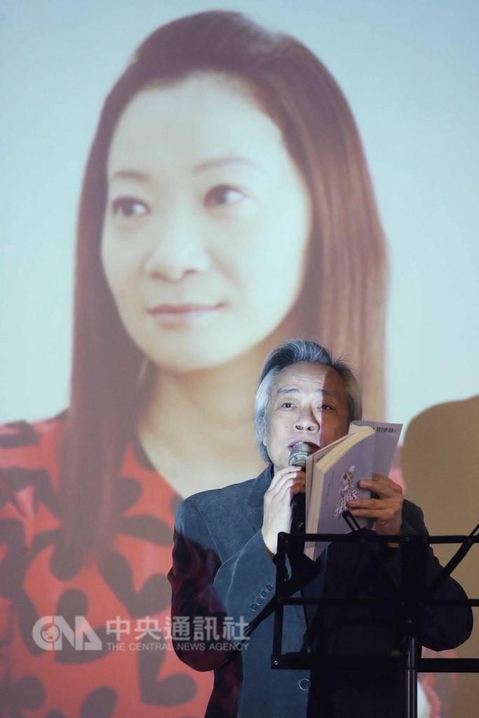 台灣女作家李維菁11月病逝,她的追思會暨「有型的豬小姐」新書發表會16日在台北市長官邸藝文沙龍舉行,上報董事長王健壯(圖)現場朗讀並分享她的新書內容。中央社記者吳翊寧攝 107年12月16日