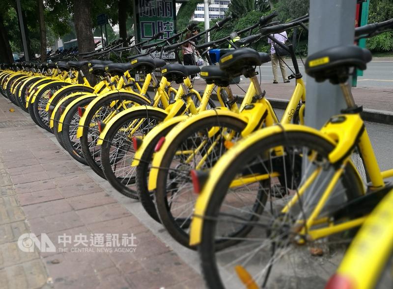 俗稱小黃車的中國大陸共享單車ofo因押金難退,近日被網友包圍總部「組團退款」。(中央社檔案照片)