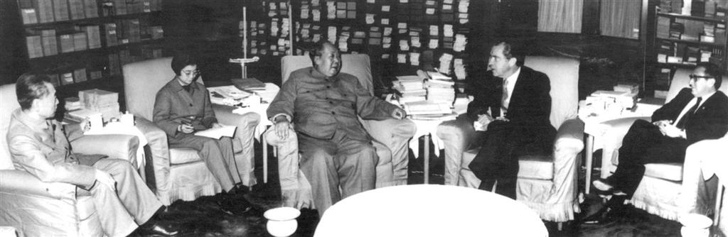 1972年季辛吉(右1)陪同美國總統尼克森(右2)訪中,會見毛澤東(中)、周恩來(左)。(檔案照片/中新社提供)