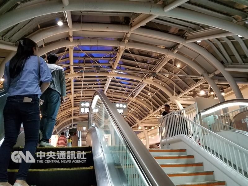 日本鐵道公司已正式呼籲搭乘電扶梯應「站成2列請勿行走」,國人赴日旅遊時,記得改變過去習慣,遵循勿在電扶梯上行走的規則。圖為日本民眾搭乘電扶梯仍習慣靠左站立。中央社記者黃名璽東京攝 107年12月17日
