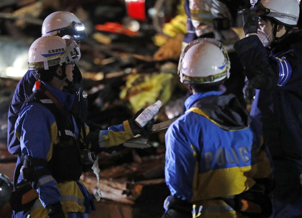 日本北海道札幌市16日晚間發生一起爆炸案,導致42人受傷。圖為警方調查爆炸原因。(共同社提供)