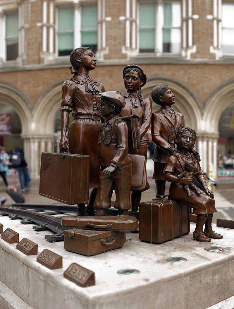 二戰前夕,約有一萬名猶太兒童透過難民兒童救援行動列車前往英國。圖為英國的難民兒童救援行動紀念碑。(圖取自維基共享資源;作者:Wjh31,CC BY 3.0)