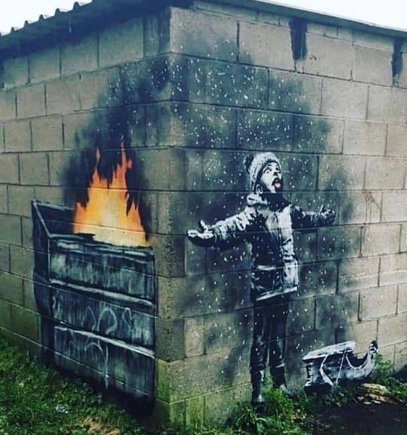 英國知名塗鴉藝術家班克西19日在IG表示,南威爾斯小鎮由轉角兩面牆壁共同構成的塗鴉,確實是他的作品。(圖取自facebook.com/streetartglobe)
