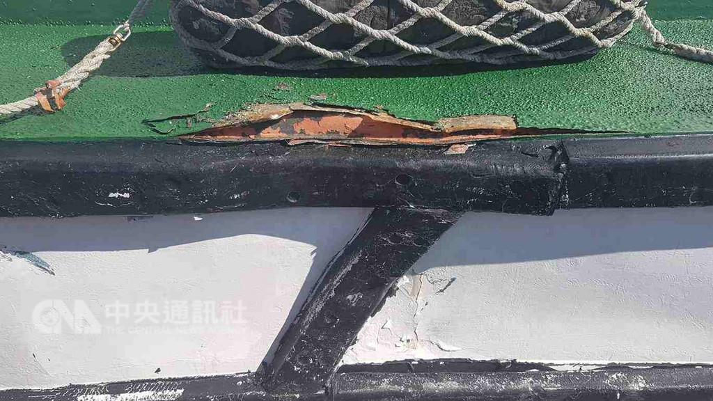 中國大陸籍漁船越界作業,澎湖海巡隊20日清晨在花嶼海域查扣閩晉漁05709號漁船,巡防艇駛近登檢時,兩船發生碰撞,造成巡防艇的護木擦損與鋼板受損。(澎湖海巡隊提供)中央社 107年12月20日
