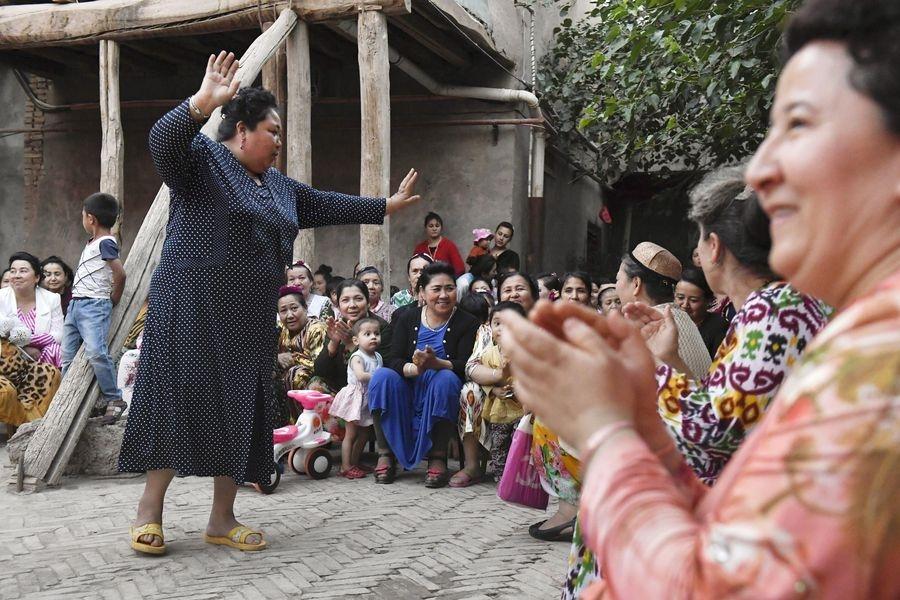中國政府2017年派出100多萬名平民進入農村穆斯林「親戚」家。圖為維族婦女跳著傳統舞蹈。(檔案照片/共同社提供)