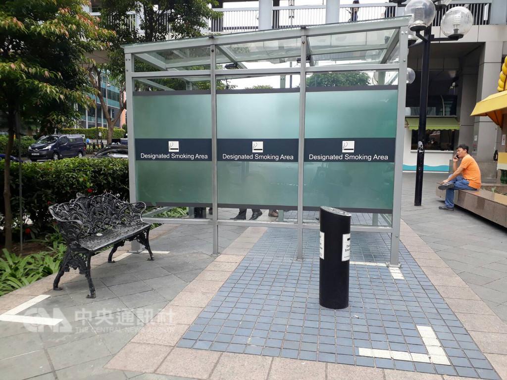 新加坡烏節商圈2019年元月起全面劃定為禁菸區,圖為位於烏節商圈的特定吸菸區。中央社記者黃自強新加坡攝  107年12月21日