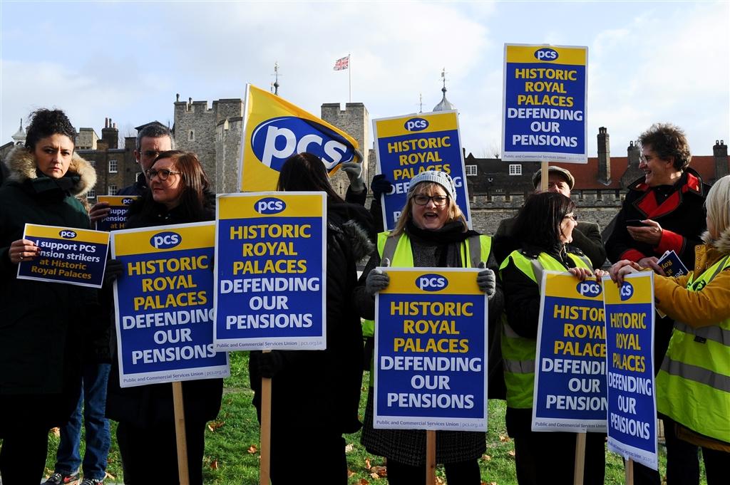 英國歷史王宮協會員工為了捍衛退休金,21日換上法國「黃背心」運動中的象徵服裝發起罷工。(法新社提供)