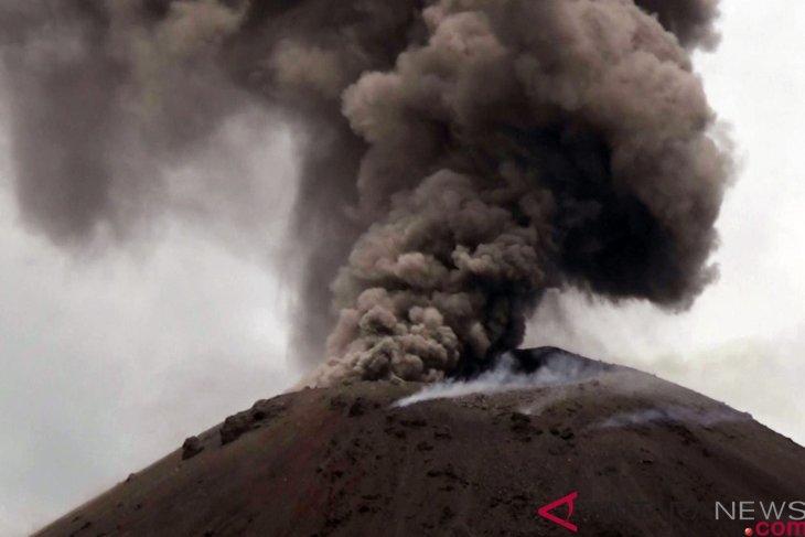 22日晚間爆發引發海嘯造成數百人傷亡的「喀拉喀托之子」火山,自90年前成形以來長期處於半連續噴發狀態。(安塔拉通訊社提供)