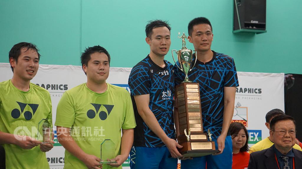 台灣羽球選手呂佳彬(右1)、呂家弘(右2)22日在美國羽球國際挑戰賽男子雙打擊敗周菲利浦(Phillip Chew, 左2)、周賴恩(Ryan Chew, 左1),獲得冠軍。中央社記者林宏翰洛杉磯攝 107年12月23日