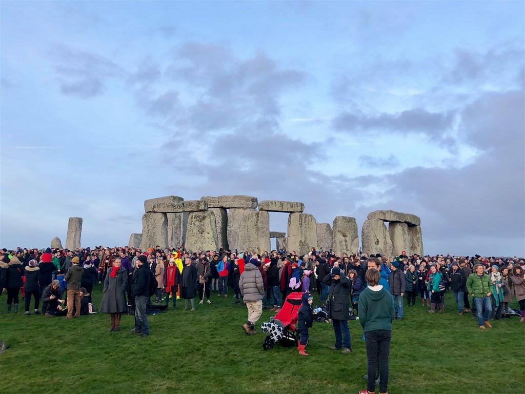 數千人22日聚集在英格蘭巨石陣,觀賞日出和慶祝冬至。(圖取自www.facebook.com/englishheritage)