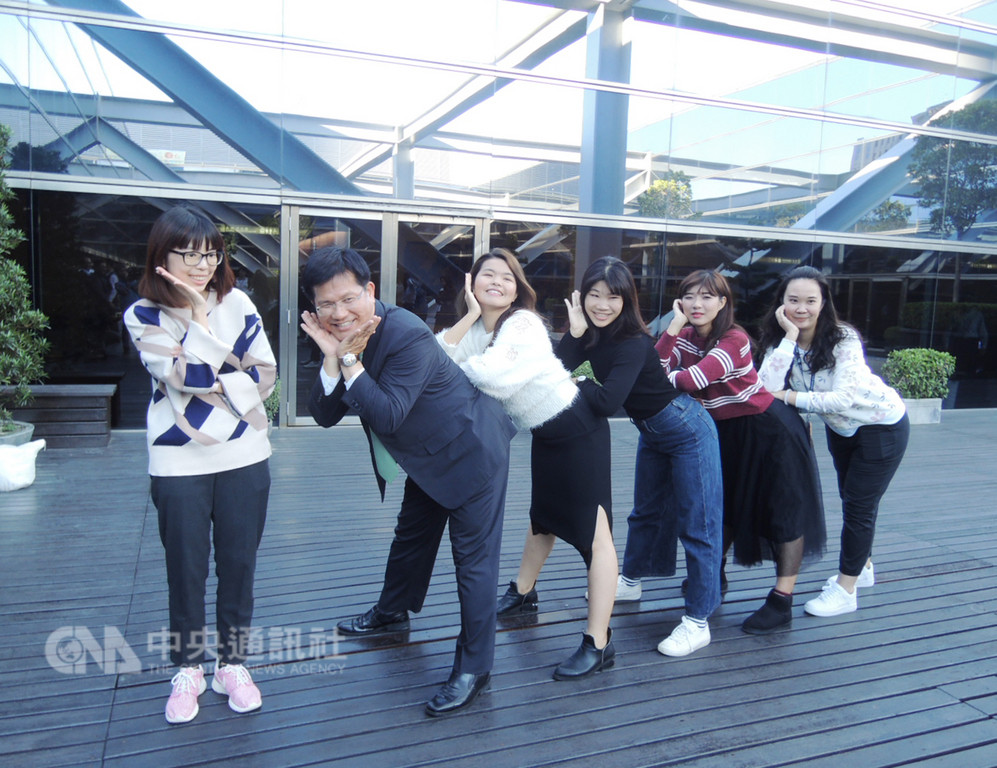 台中市長林佳龍(左2)24日任期最後一天,他在市府與員工合影,來者不拒,還應員工要求配合做出許多逗趣動作。中央社記者郝雪卿攝 107年12月24日