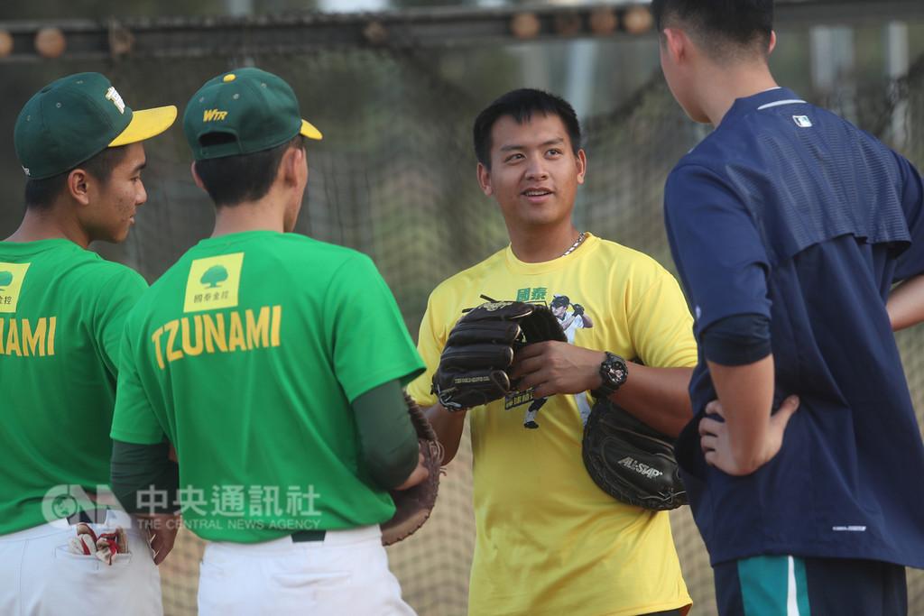 台灣旅美棒球好手林子偉24日回到高雄母校高苑工商分享經驗,他的外甥、同樣畢業於高苑的中職富邦悍將隊球員蕭憶銘(右2)也現身球場。中央社記者吳家昇攝 107年12月24日