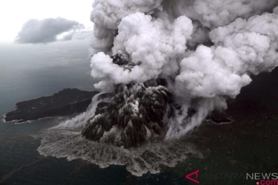 印尼巽他海峽22日發生的海嘯,據信是喀拉喀托之子火山噴發導致水下邊坡滑移引起。(安塔拉通訊社提供)