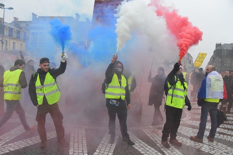 法國「黃背心」運動剛結束第6波抗議行動,參與人數越來越少,部分抗議者的行為漸漸走調。圖為22日民眾上街參與「黃背心」運動。(檔案照片/法新社提供)