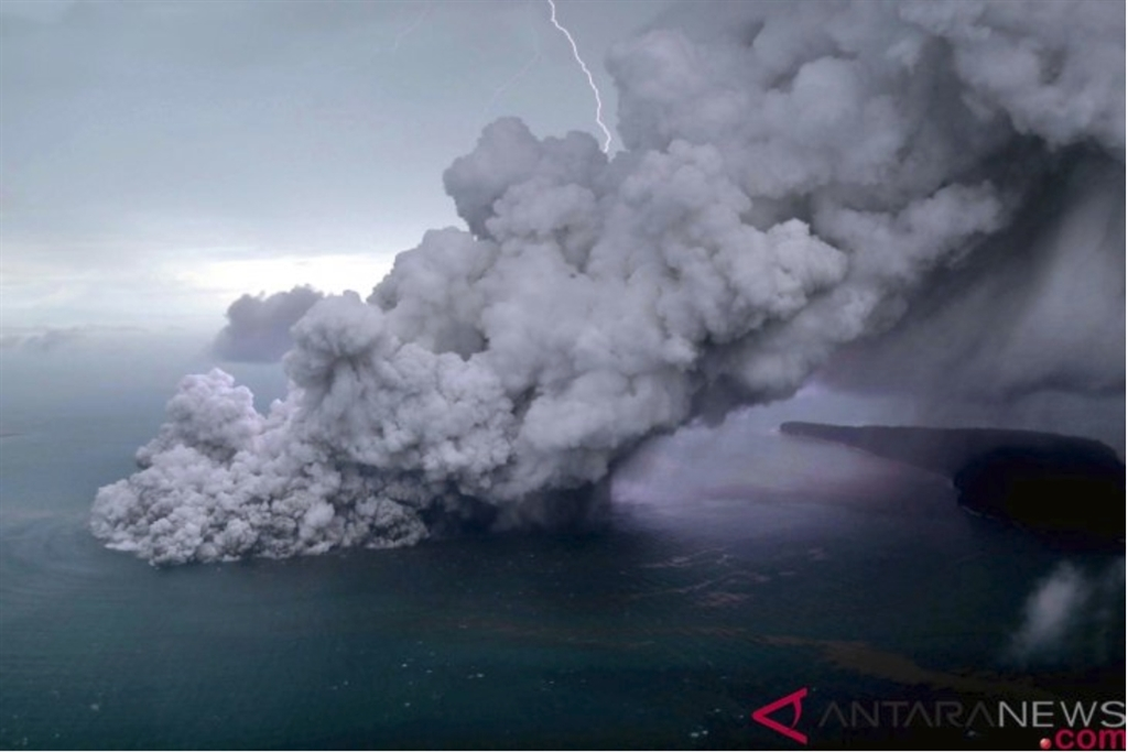 印尼喀拉喀托之子火山正處於活躍階段,恐怕還有另一波海嘯來襲。(安塔拉通訊社提供)