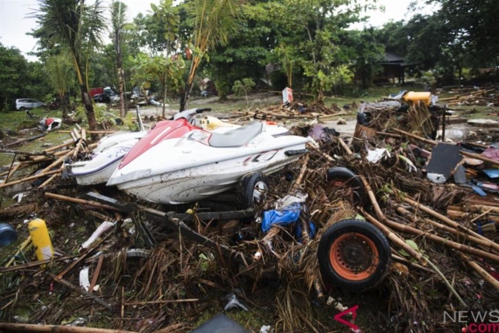 印尼巽他海峽22日晚間因火山噴發引發海嘯。圖為爪哇西部萬丹省雷桑角海灘災後景象。(安塔拉通訊社提供)