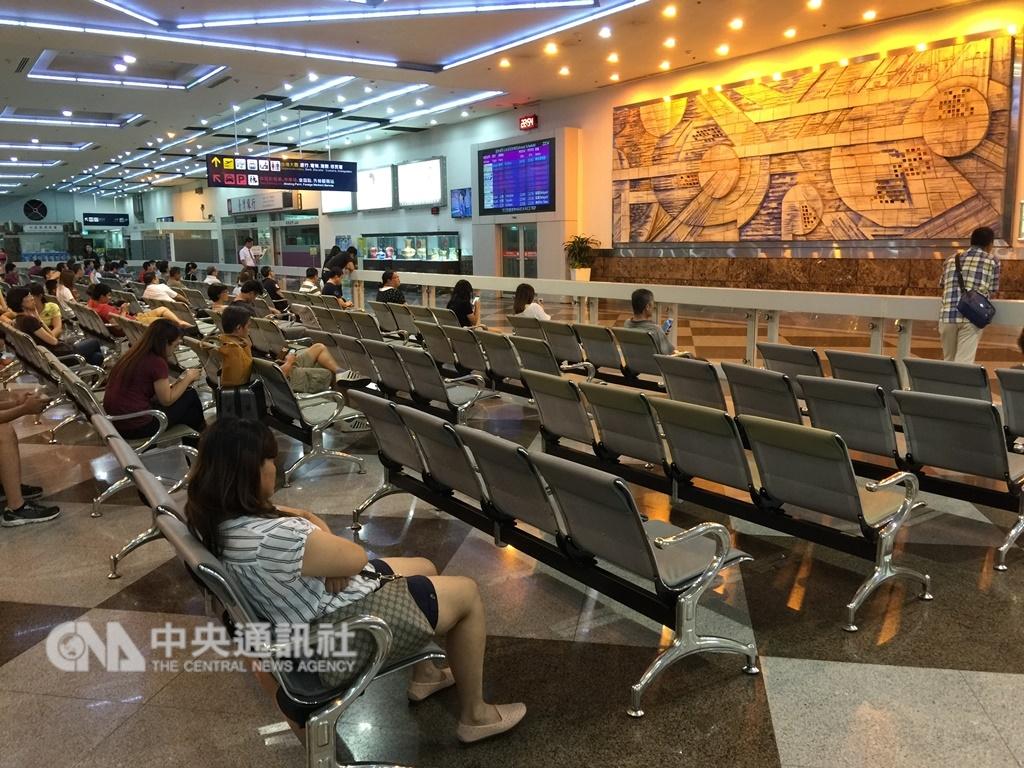 交通部觀光局證實,日前有4個越南旅行團共153人入境高雄,有152人失蹤脫逃。圖為高雄小港機場入境大廳。(中央社檔案照片)