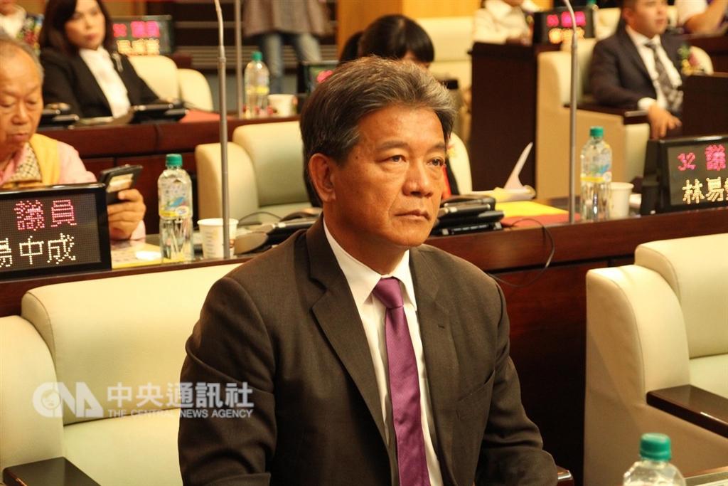 台南市議會25日上午進行第3屆正、副議長選舉,議員郭信良(前)在投票前宣布退出民進黨,獲得國民黨與無黨聯盟支持參選議長,經過兩輪投票後,拿到28票順利當選。中央社記者楊思瑞攝 107年12月25日
